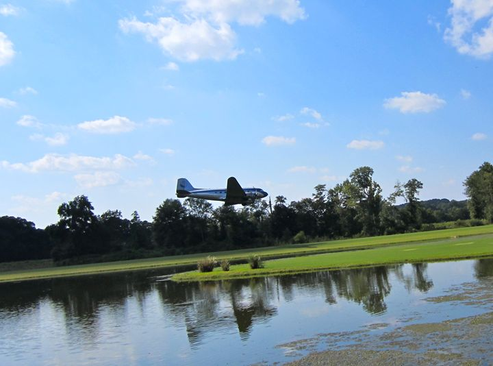 DC-3 landing on grass runway - Phil
