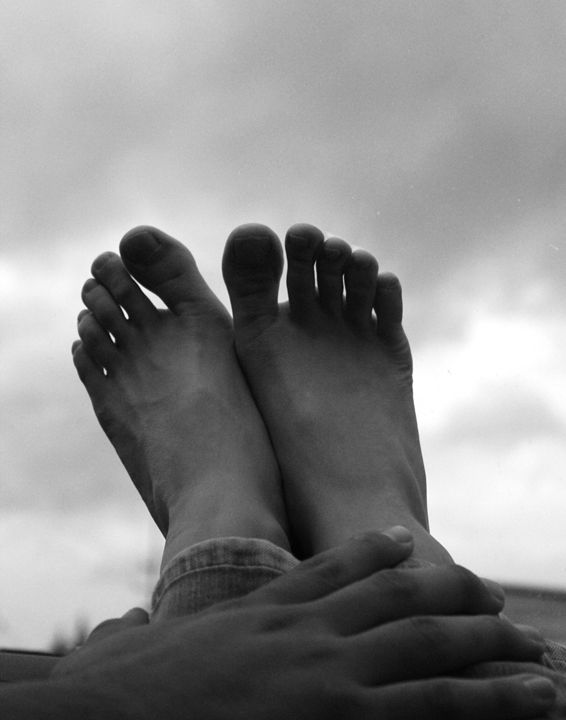 Feet and hand towards clouds - Eréndira Hernández