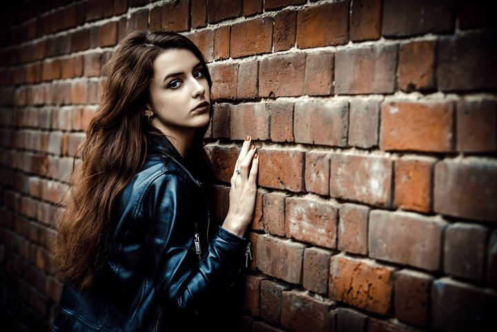 Girl and wall - Dobrydnev
