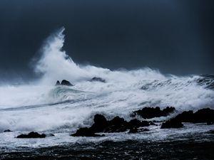 Wave Breaking in Storm