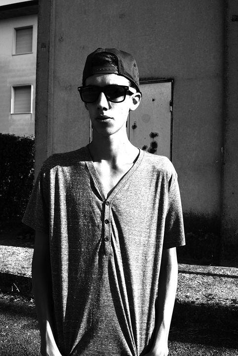 Manuel-Grey Bricks (Black & White) - Davidecu