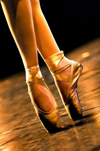 En pointe in brown
