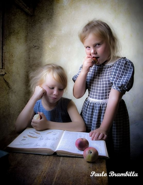 As meninas saboreando maçãs! - Paulo Brambilla